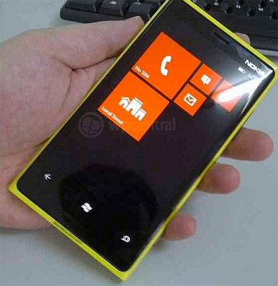 Un Nokia con Windows Phone 8 se muestra en fotos