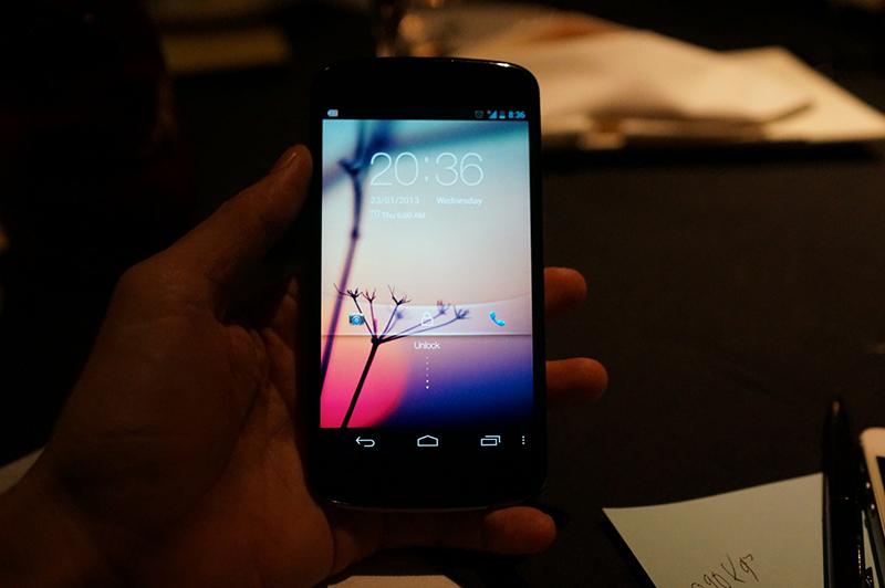 LG Nexus 4 en color blanco pantalla de frente prendida