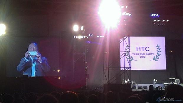 HTC M7 CEO tomando fotos con el disposistivo