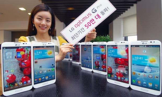 Modelo mostrando cartel de LG Optimus G Pro vende medio millón en Corea