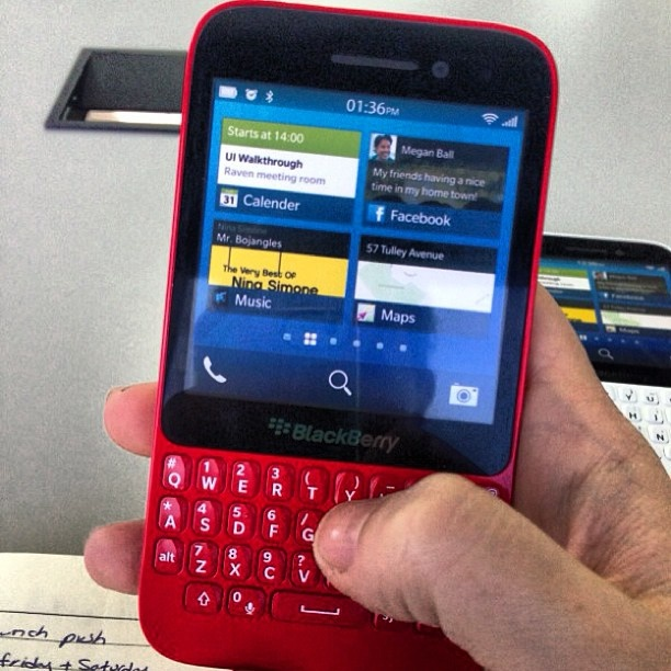 BlackBerry R10 en color blanco y rojo