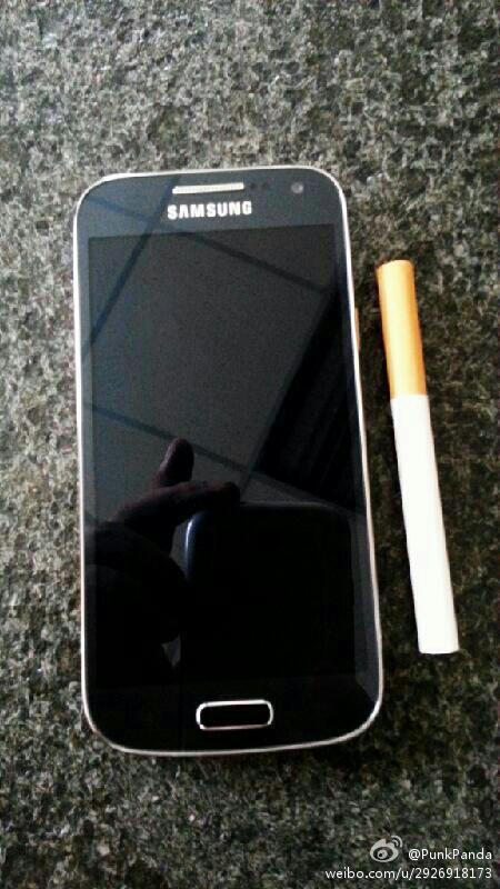Samsung Galaxy S4 mini y un cigarro