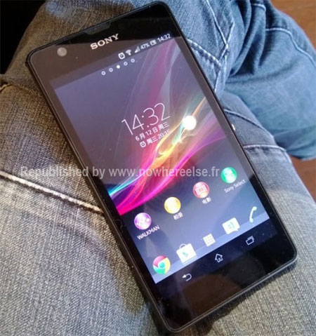 Sony Xperia Z Ultra phablet en vivo pantalla prendida sobre piernas