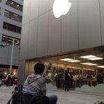 Un hombre ya hace fila para comprar su iPhone 5S en Tokio, Japón
