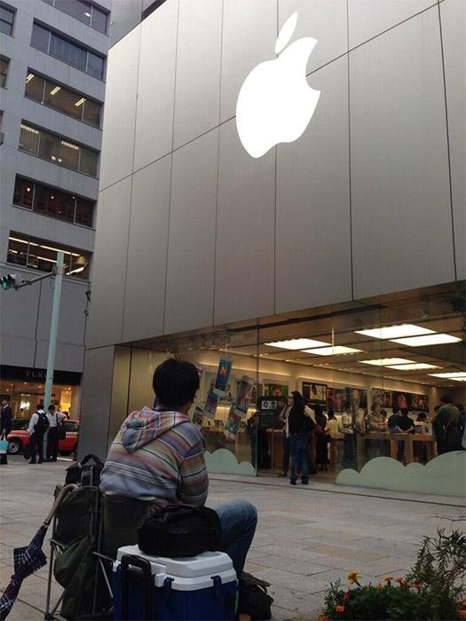 Fanático hace fila para comprar su iPhone 5S en Tokio acompañado en Apple Store