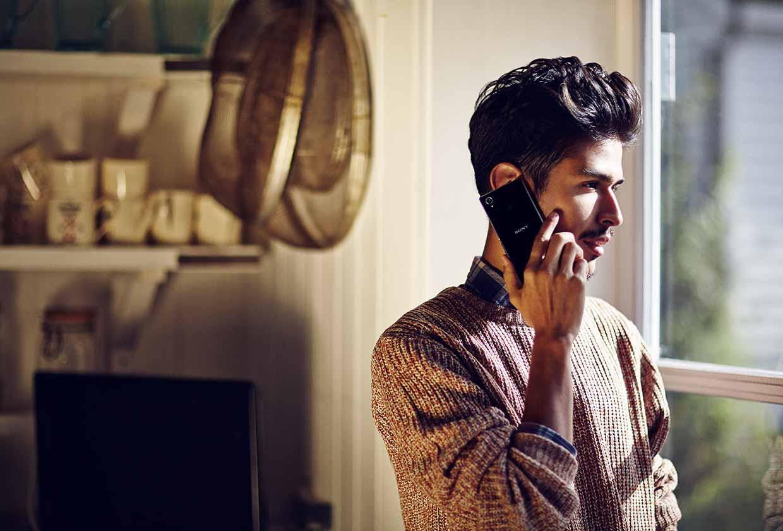 Sony Xperia Z1 Compact hablando por teléfono