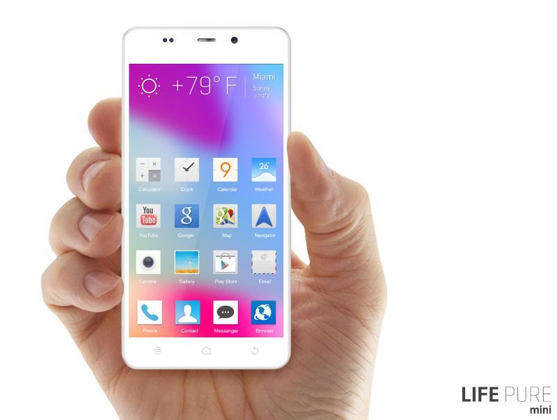 Blu Life Pure Mini con pantalla HD IPS OGS color Blanco en mano