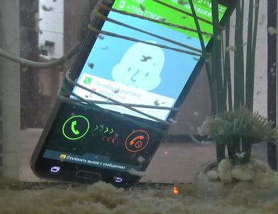 Video Samsung Galaxy S5 sumergido en agua sucia