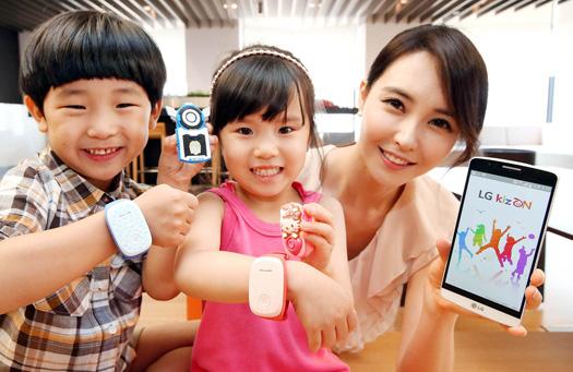 LG presenta KizON pulsera con niños y mamá