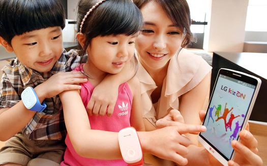 LG presenta KizON pulsera con niños y mamá con smartphone