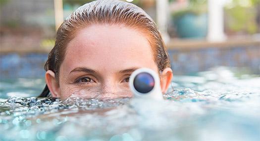 HTC Re Camera color blanco en el agua