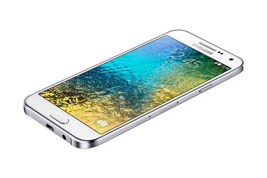 Samsung Galaxy E5 pantalla recostado