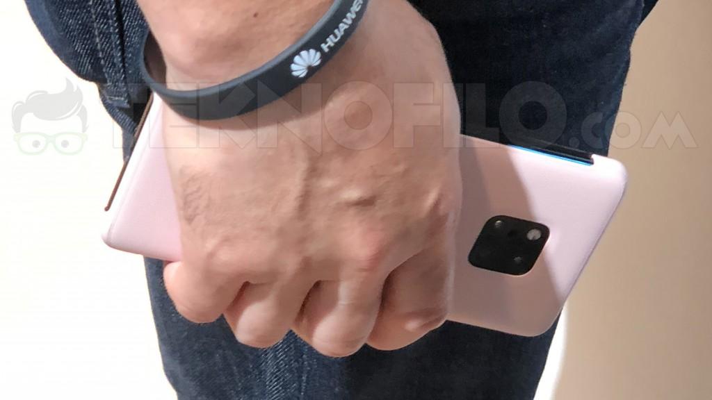 Huawei Mate 20 mostrando su triple cámara en un cuadrado