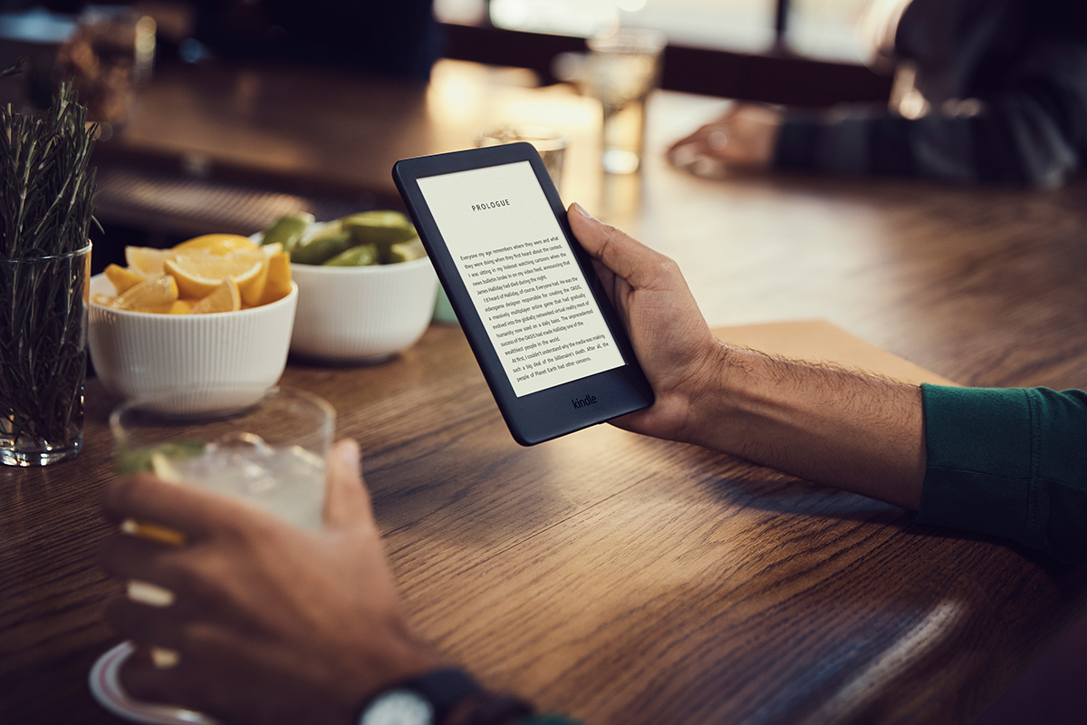 Amazon Kindle 2019 con luz frontal color negro en uso